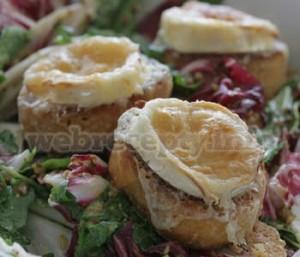 Салат с козьим сыром руколой и багетом