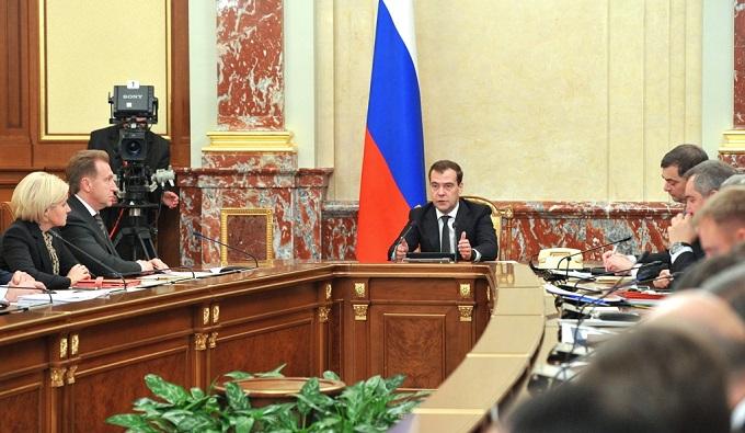 Медведев поручил погасить долги по зарплатам учителей
