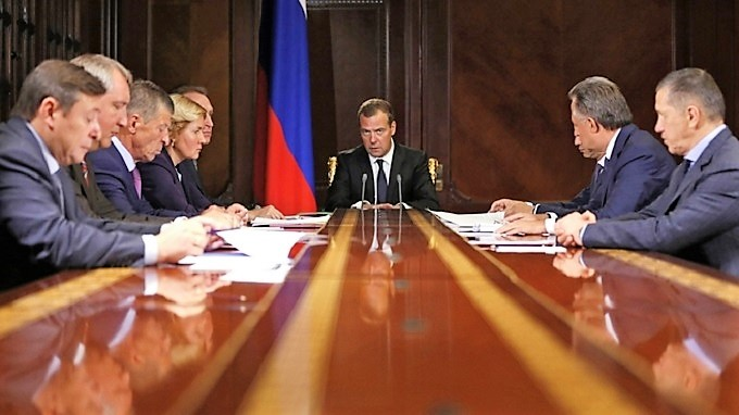 Медведев пожаловался на низкую производительность труда россиян