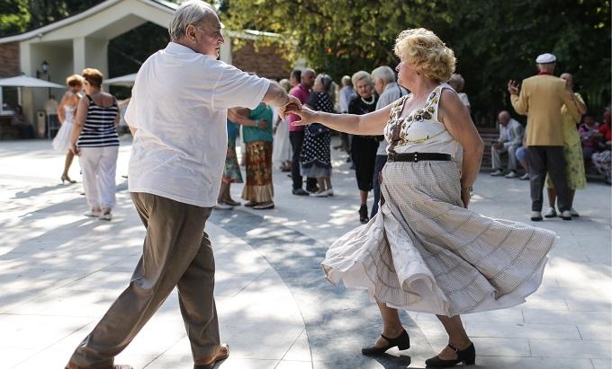 Московских пенсионеров научат английскому и латинской зумбе